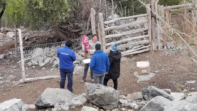 Funcionarios municipales llegan hasta los Perales de Cespedes a entregar cajas de alimentos