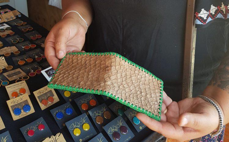 Pescadora de Los Vilos realiza innovadora artesanía y joyas con cuero de pescado