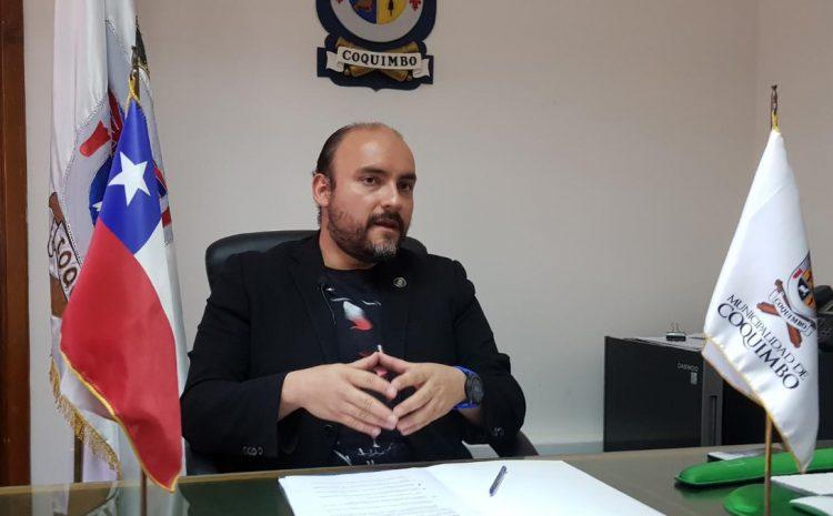 Dictan orden de arresto contra alcalde de Coquimbo por millonaria deuda impaga con laboratorio clínico